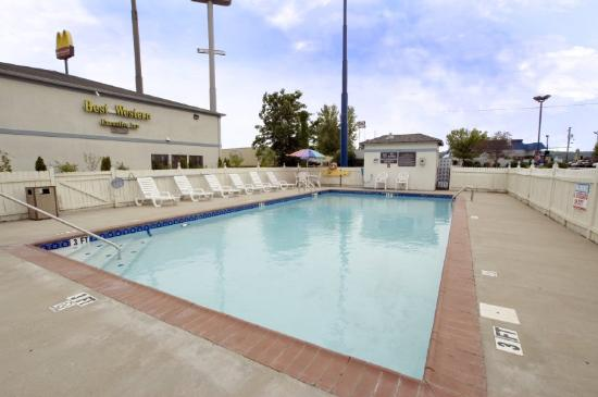 BEST WESTERN Executive Inn: Outdoor Swimming Pool