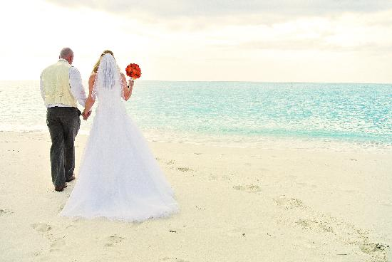 Stella Maris Resort Club: Beach Bride and Groom