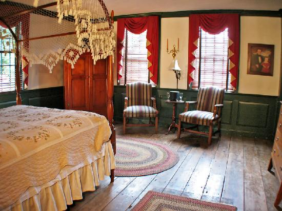 Whitehall Mansion Inn: Lucy's Parlor Chamber