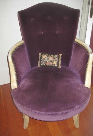 Delaunay house: Beautiful purple chair in the Pioneer Suite