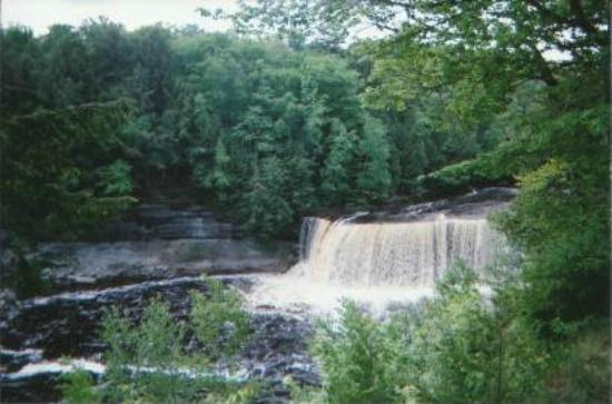 Tahquamenon falls state park picture of paradise upper for Cabins near tahquamenon falls