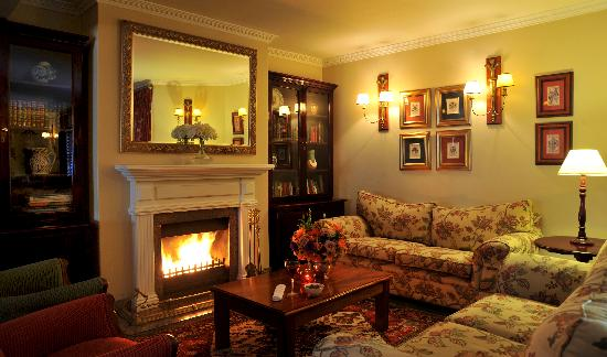 Faircity Falstaff Hotel: Lounge area by fireplace