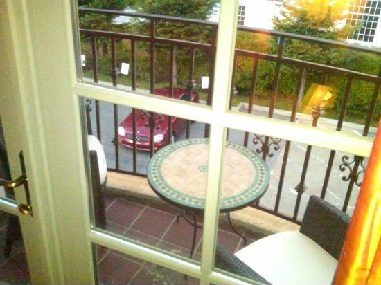 Hotel Los Gatos: side balcony with table and chairs