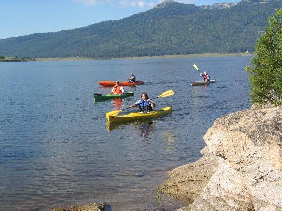 Ashley Inn: Lake Cascade offers a peaceful place to go kayaking or canoeing.