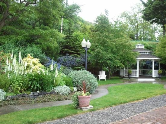 Bishop Victorian Hotel: A lovely garden is tucked behind the Hotel.