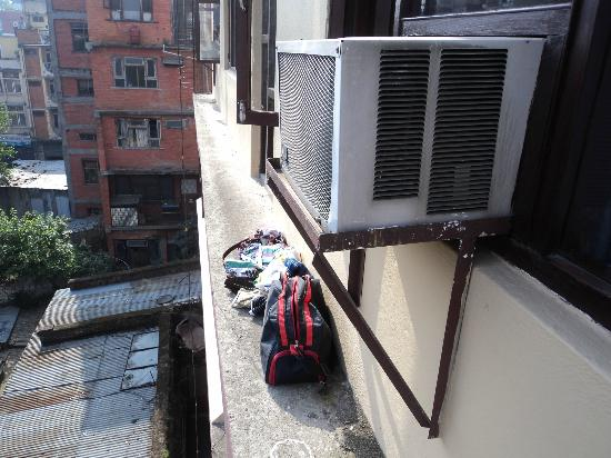 Hotel Thamel: Theft from our room no.411
