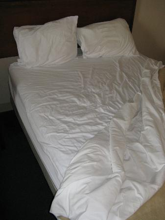Travelodge Glenview: Freshly made bed?