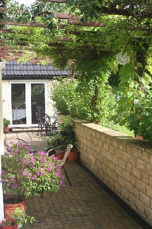 Pakenham, UK: Side Patio