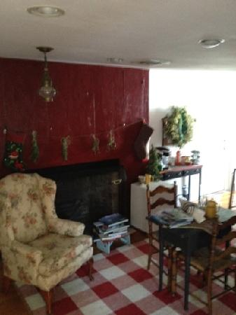 Yuletide Inn : sitting room upstairs with a guest fridge, and coffee available 24/7. evening cheese, crackers