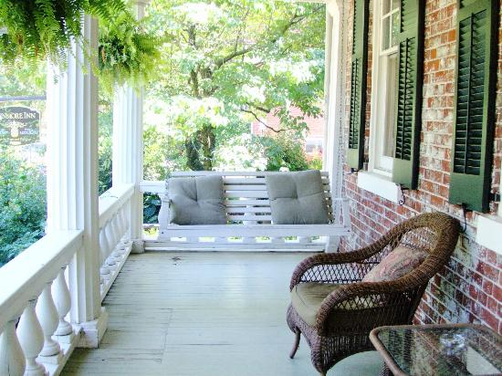 The Kenmore Inn : Porch swing 