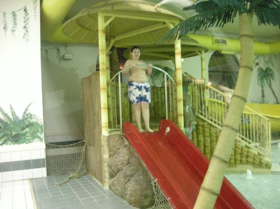 Alakai Hotel and Suites: The kid area of the indoor pool.