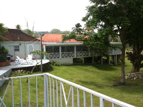 Boiled Frog Guesthouse: 'The Cottage' on the left and the main part of the guesthouse on the right. Taken from the gazeb