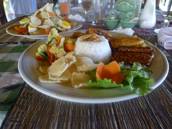 Subak Tabola Villa: large protion lunch nasir camphur