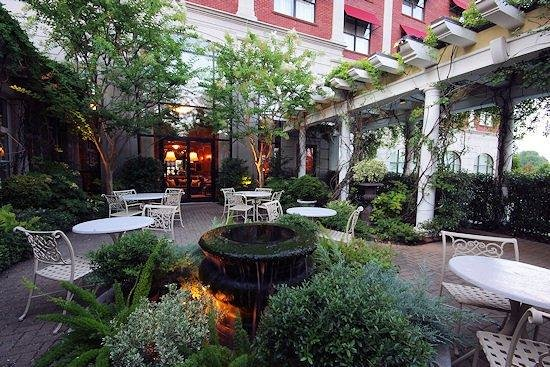 O. Henry Hotel: Don Rives Cloister Garden