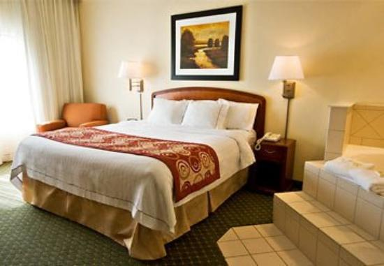 Courtyard by Marriott Salt Lake City Layton: Honeymoon Suite Sleeping Area