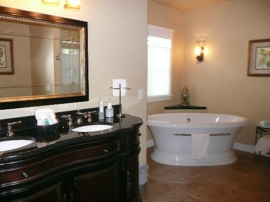 Summer Creek Inn: Suite 2's luxury bathroom