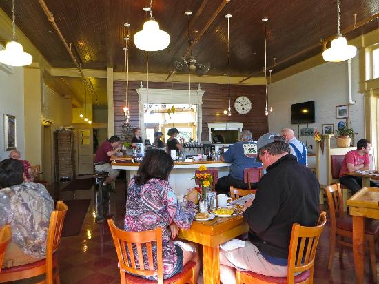 McCloud Mercantile Hotel: White Mountain Cafe in the McCloud River Mercantile Hotel