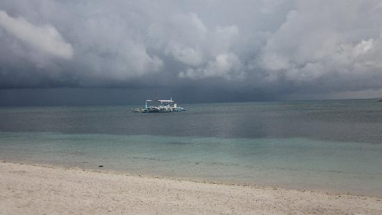 Ocean Vida Beach & Dive Resort: Dramatic weather!