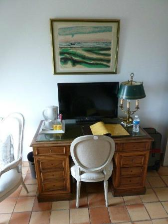 Le Clos du Buis: Desk with coffee / tea maker