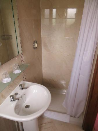 Marless House Bed &amp; Breakfast: Our bathroom