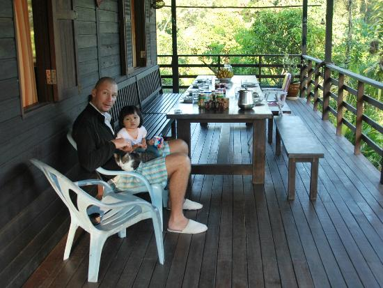 Kurakura Homestay: Lars and his daughter, with cat, at the breakfast table.