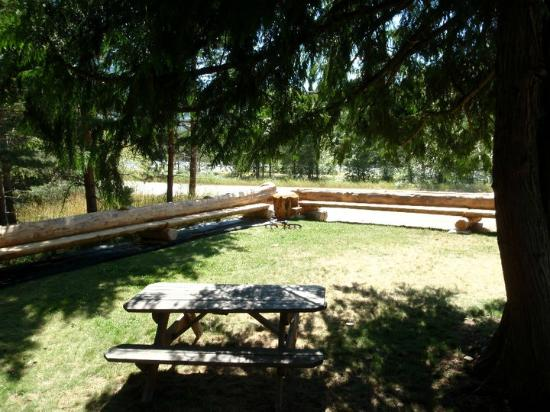 Slocan, Kanada: Outdoor tables and seating area