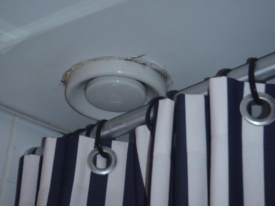Hampshire Hotel - Lancaster Amsterdam: Cracked ceiling and zip-tied shower curtain