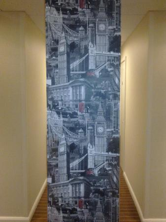 Holiday Inn Express London-Wimbledon-South: corridoor pillars