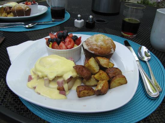 Mountain Laurel Rest: a delicious breakfast, served outdoors!