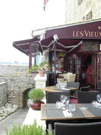 Les vieux murs antibes restaurant reviews phone number for Resto le jardin antibes
