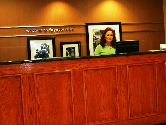 Hampton Inn Fayetteville Ar: Front desk at the Hampton