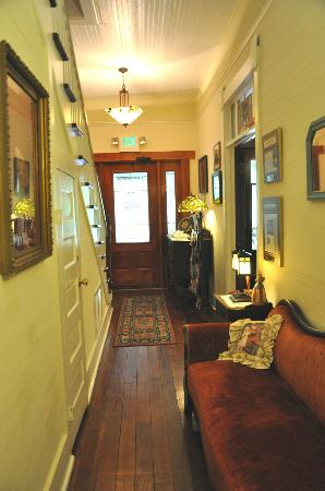 Grady House Bed and Breakfast: Downstairs hall.