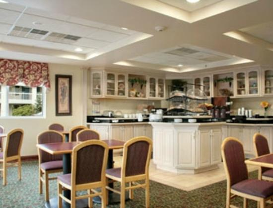 Days Inn and Suites Albany: breakfast set up