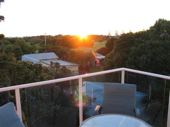 Koola Beach Apartments Bargara: Sun just rising with sea &quot;glimpses&quot; from 4th floor balcony
