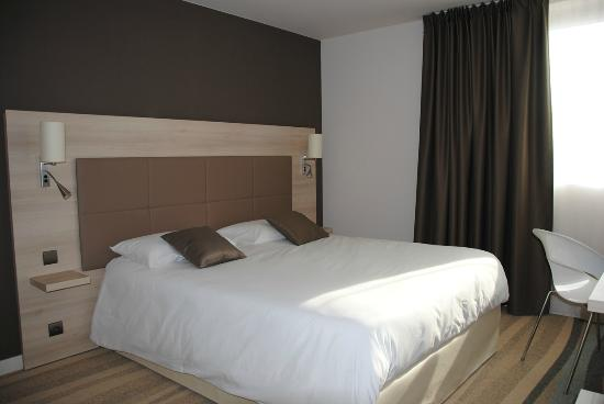 chambre grand lit vue generale picture of brit hotel. Black Bedroom Furniture Sets. Home Design Ideas