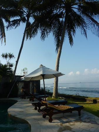 Villa Gading: Pool area with view of beach