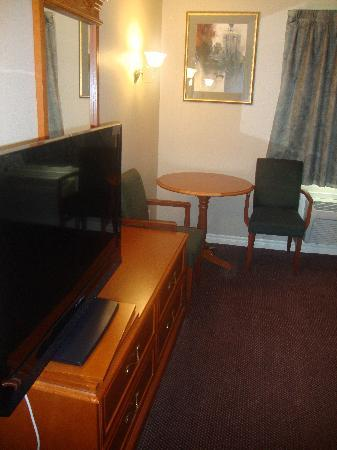 Executive Inn and Suites: Bedroom