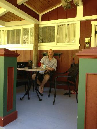 Volcano Teapot Cottage: Coffee and breakfast on the porch
