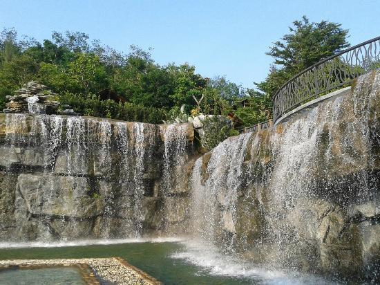 Philea Resort & Spa: Waterfall at the pool