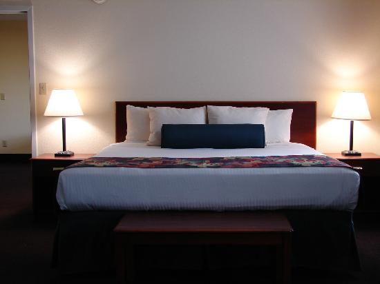 BEST WESTERN Parkside Inn: There's plenty of room in our suite to relax and enjoy your stay!
