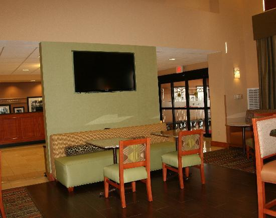 Hampton Inn Fayetteville Ar: new lobby seating