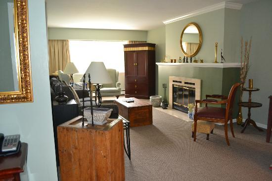 Rosellen Suites At Stanley Park: spatious and comfortable living room