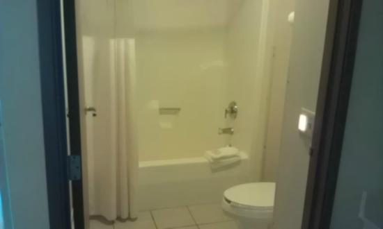 Quality Inn & Suites - Madison: Std bath