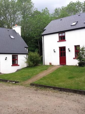 Doire Farm Cottages: The gravel is where you park and the path is up to the cottage.