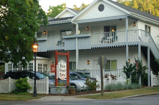 Main Street Motel: Front View from street