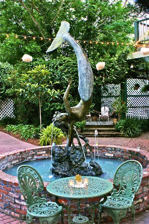 Florida House Inn: mermaid fountain in courtyard