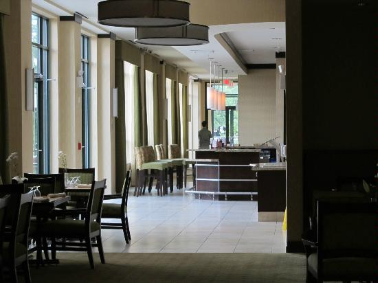 Hilton Garden Inn Arlington/Shirlington: Hallway through dining area