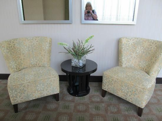 Hilton Garden Inn Arlington/Shirlington: Little sitting space in hallway next to side roadway