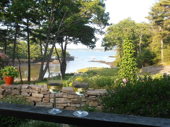 Coveside Bed and Breakfast: Tranquil cove viewed from patio