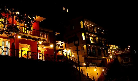 Hotel Emerald Heights: hotel at night